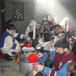 Այնուհետև օրհնված ջուրը բաժանվեց հավատացյալ ժողովրդին: